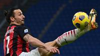 Striker AC Milan, Zlatan Ibrahimovic mengontrol bola saat menghadapi Crotone dalam laga lanjutan Liga Italia 2020/21 pekan ke-21 di San Siro Stadium, Milan, Minggu (7/2/2021). AC Milan menang 4-0 atas Crotone. (AFP/Miguel Medina)
