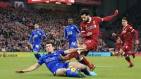 Pemain Leicester City, Harry Maguire (kiir) berusaha menahan sepakan pemain Liverpool, Mohamed Salah pada lanjutan Premier League di Anfield, Liverpool, (30/12/2017).  Liverpool menang 2-0. (Peter Byrne/PA via AP)