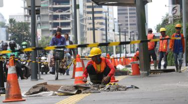 Seorang pekerja mengukur gorong-gorong di kawasan Thamrin, Jakarta, Selasa (15/1). Peremajan gorong-gorong dilakukan untuk mengantisipasi terjadinya penyumbatan saluran yang dapat menyebabkan banjir di kawasan tersebut. (Liputan6.com/Angga Yuniar)