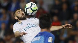 Pemain Real Madrid, Karim Benzema melakukan kontrol bola saat duel dengan pemain Malaga pada lanjutan La Liga Santander di Rosaleda stadium, Malaga, (15/4/2018). Madrid menang 2-1. (AP/Miguel Morenatti)