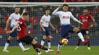 Gelandang Tottenham, Dele Alli, berusaha merebut bola saat melawan Southampton pada laga Premier League di Stadion Wembley, London, Rabu (5/12). Tottenham menang 3-1 atas Southampton. (AFP/Ian Kington)