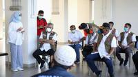 Ketua Satgas COVID-19 Ganip Warsito menyimak paparan Kepala Dinkes DKI Widyastuti di Rusun Nagrak, Cilincing, Jakarta Utara, Minggu (13/6/2021). (Tim Komunikasi Kebencanaan Badan Nasional Penanggulangan Bencana/BNPB)