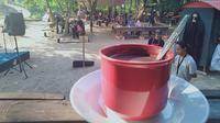 Kopi tebu, minuman kopi yang diolah tradisional dengan sari pati air tebu yang disajikan di kedai Menapo, Desa Muara Jambi, Kabupaten Muaro Jambi. (Liputan6.com / Gresi Plasmanto)