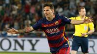 Penyerang Barcelona, Lionel Messi melakukan selebrasi usai mencetak gol ke gawang Sevilla pada Piala Super Eropa 2015 di Stadion Boris Paichadze, Tbilisi, Georgia, (12/8/2015). Barcelona menang atas Sevilla dengan skor 5-4. (REUTERS/Grigory Dukor)
