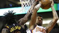 Pebasket Cleveland Cavaliers, John Holland, berebut bola dengan pebasket Phoenix Suns, Marquese Chriss, pada laga NBA di Talking Stick Resort Arena, Rabu (14/3/2018). Cleveland Cavaliers menang 129-107 atas Phoenix Suns. (AP/Rick Scuteri)