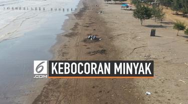 Pertamina memberdayakan warga membersihkan gumpalan minyak mentah dan lumpur akibat terjadinya kebocoran Migas di laut. Warga membersihkan gumpalan minyak di Pantai Pakis.