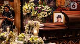 Peti jenazah almarhum pengusaha Ciputra saat disemayamkan di Gedung Ciputra Artpreneur, Jakarta, Kamis (28/11/2019). Pendiri Ciputra Group tersebut meninggal pada usia 88 tahun di Rumah Sakit Gleneagles, Singapura. (Liputan6.com/Johan Tallo)