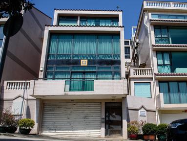 Sebuah villa yang diyakini sebagai salah satu kediaman Kim Jong-nam di Macau, Kamis (16/2). Kim Jong-nam terpaksa bersembunyi dan mengasingkan diri dari Korea Utara karena adik tirinya, Kim Jong-un, memandangnya sebagai ancaman. (Anthony WALLACE/AFP)