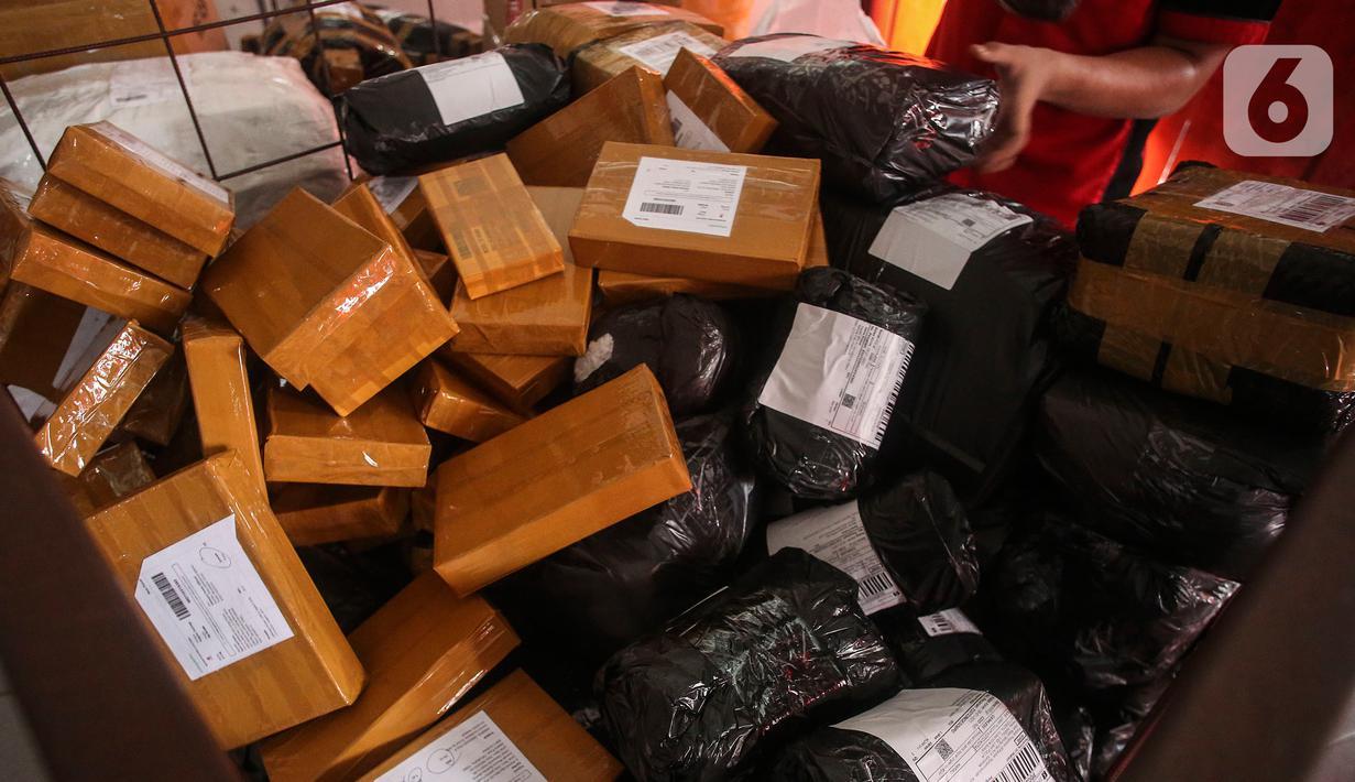 Petugas menyortir paket yang akan dikirimkan kepada pelanggan di SiCepat Ekspres Cideng, Jakarta, Sabtu (24/7/2021). PPKM yang berlangsung membuat daya beli masyarakat khususnya belanja online meningkat, dilihat dari melonjaknya pengiriman barang melalui ekspedisi tersebut (Liputan6.com/Johan Tallo)