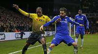 Pemain Chelsea, Cesc Fabregas berduel dengan pemain Watford, Odion Ighalo. Chelsea harus bermain imbang 0-0 dengan Watford di Vicarage Road, Kamis (4/2/2016) dinihari