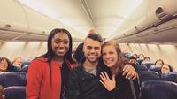 Momen mengesankan Nick Boucher yang melamar sang kekasih di pesawat. (dok. Instagram @southwestair/https://www.instagram.com/p/B8e-bDMlbNC//Adhita Diansyavira)