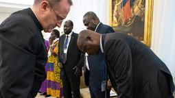 Paus Fransiskus berlutut dan mencium kaki Wakil Presiden Sudan Selatan Taban Deng Gai dalam pertemuan di Vatikan, Kamis (11/4). Dalam pertemuan itu, Paus Fransiskus mencium kaki baik pejabat pemerintah maupun oposisi guna mencegah para pemimpin itu kembali ke perang saudara. (Vatican Media via AP)