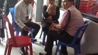 Dewie Yasin Limpo saat bersama 2 tamunya di Rutan Pondok Bambu, Jakarta Timur, Selasa (27/10/2015). (Liputan6.com/Taufiqurrohman)