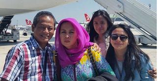 Keceriaan Amel Carla dan keluarga tiba-tiba berubah menjadi tegang. Hal itu, lantaran saat perjalanan pulang pulang ke Indonesia, pesawat transit di Turki dan baru saja terjadi Kudeta Militer di Turki. (Instagram/amelcarla)