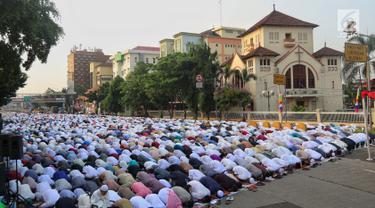 Umat muslim melaksanakan salat Idul Adha 1439 H di Monumen Perjuangan Jatinegara, Jakarta Timur, Rabu (22/8). Usai melaksanakan salat berjemaah, umat muslim kemudian menyembelih hewan kurban. (Liputan6.com/JohanTallo)