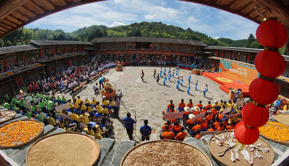 Warga tampil dalam acara untuk memperingati panen raya di Desa Jiyang, Datian, Provinsi Fujian, China, 20 September 2020. Berbagai aktivitas digelar di seluruh negeri untuk menyambut festival panen petani China ketiga yang jatuh pada 22 September. (Xinhua/Lin Wenbin)