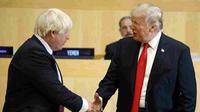 PM Boris Johnson bersalaman dengan Presiden Donald Trump pada Sidang Umum PBB tahun 2017. (Source: AP/ Evan Vucci)