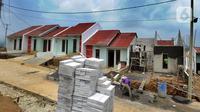Pekerja menyelesaikan pembangunan perumahan bersubsidi di Bukit Rancayamaya Residences, Caringin, Bogor, Minggu (14/02/2021). Di awal pandemi Covid-19 mencuat, yakni  senilai Rp 17 triliun sepanjang tahun 2020 dengan total unit mencapai 122.000. (merdeka.com/Arie Basuki)