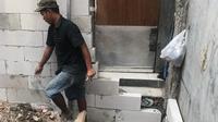Sebuah rumah mungil di sebuah gang sempit Jl. Mangga Dua Dalam, Jakarta Pusat, terperangkap tanpa akses keluar masuk. (Liputan6.com/Radityo)
