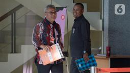 Ketua KPU Arief Budiman (kiri) usai dimintai keterangan terkait aliran dana suap Wahyu Setiawan di Gedung KPK, Jakarta, Selasa (28/1/2020). Arief diperiksa sebagai saksi untuk tersangka Saeful Bahri terkait dugaan suap penetapan PAW anggota DPR Terpilih 2019-2024. (merdeka.com/Dwi Narwoko)