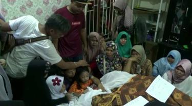 Tiga korban kecelakaan mobil yang tertimpa truk terguling di Karawaci, Tangerang, dimakamkan hari ini di Selapang, Neglasari.