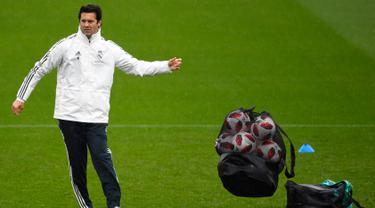 Pelatih sementara Real Madrid, Santiago Solari menghadiri sesi pelatihan di fasilitas pelatihan Ciudad Real Madrid di Valdebebas, Madrid (30/10). Solari menggantikan Julen Lopetegui yang dipecat usai kalah dari Barcelona 5-1. (AFP Photo/Gabriel Bouys)