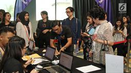 Pengunjung antr untuk mengisi data saat menghadiri XYZ Day 2018 di The Hall Senayan City, Jakarta, Rabu (25/4). XYZ Day diselenggarakan oleh KapanLagi Youniverse. (Liputan6.com/Herman Zakharia)