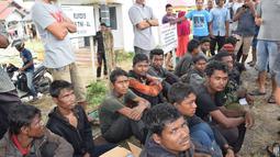 Sejumlah warga Rohingyah yang diamankan sementara di Idi Rayeuk, Aceh Timur (4/12). Sekitar 20 orang yang diyakini warga Rohingya tersebut terdampar di Kuala Idi, Kabupaten Aceh Timur. (AFP Photo/Cek Mad)