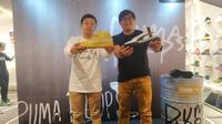Country Manager Puma Indonesia, Achyat Rachman (kanan), memperkenalkan Puma Hoops di Hoops Indonesia, Senayan City, Jakarta, Jumat (1/11/2019) sore WIB. (Bola.com/Tegar Juel)