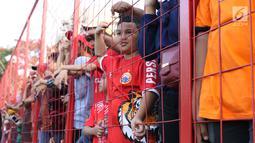 Suporter tim Macan Kemayoran menyaksikan latihan perdana Persija pasca menjuarai Liga 1 musim 2018 di Lapangan Wisma Aldiron, Jakarta, Senin (7/1). 30 pemain ikut dalam latihan perdana yang digelar terbuka. (Liputan6.com/Helmi Fithriansyah)