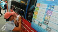 Seorang wanita menukarkan mata uang rupiah yang lama dengan pecahan mata uang yang baru di Blok M, Jakarta, Senin (19/12). Bank Indonesia (BI) hari ini meluncurkan 11 uang rupiah Emisi 2016 dengan gambar pahlawan baru. (Liputan6.com/Angga Yuniar)