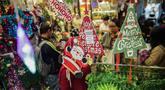 Pernak-pernik Natal menghiasi toko di Pasar Asemka, Glodok, Jakarta, Kamis (12/12/2019). Umat Kristiani mulai mendatangi pusat perbelanjaan untuk berburu pernak-pernik penghias rumah dan pohon Natal. (Liputan6.com/Faizal Fanani)