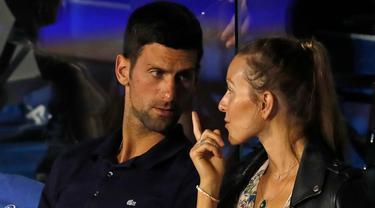Petenis Serbia, Novak Djokovic berbincang dengan istrinya Jelena selama pertandingan final turnamen amal Tour Adria, antara Dominic Thiem Austria dan Filip Krajinovic Serbia, di Belgrade, Serbia (14/6/2020). Djokovic  dinyatakan positif mengidap Covid-19. (AP Photo/Darko Vojinovic)