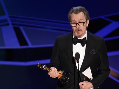 Gary Oldman memberi sambutan dalam Oscar 2018 di Dolby Theater, Los Angeles, Amerika Serikat, Minggu (4/3). Gary menerima penghargaan dalam kategori aktor utama pria terbaik. (Chris Pizzello/Invision/AP)