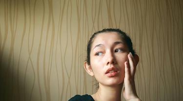 Devina Aureel sering mengunggah potretnya tanpa makeup. Gayanya santai dengan busana kasual tetap membuatnya tak kehilangan pesona. (Liputan6.com/IG/@devinaureel)