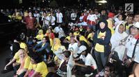 Para pendukung Capres dan Cawapres nomor urut 01 dan 02 saat nonton bareng Debat Perdana Pilpres di kawasan Gedung Bidakara, Jakarta, Kamis (17/1). Meskipun tidak diperbolehkan masuk pendukung kedua pasangan tetap antusias. (merdeka.com/Iqbal S Nugroho)