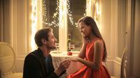 Ilustrasi seorang pria melamar kekasihnya. (Credit: Shutterstock)