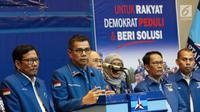 Sekjen Partai Demokrat, Hinca IP Pandjaitan XIII (kedua kiri) memberi keterangan terkait surat dari Susilo Bambang Yudhoyono (SBY), Jakarta, Kamis, (28/2). SBY berpesan agar para kader dan caleg tetap solid. (Liputan6.com/Helmi Fithriansyah)