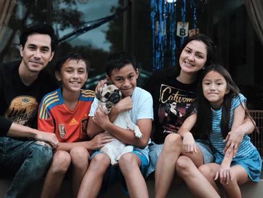 Donna melahirkan anak pertama mereka, Lionel Nathan Sinathrya Kartoprawiro, pada tanggal 28 Juni 2007. Hanya enam bulan saja setelah mereka menikah. Meski demikian, Darius dengan menyatakan bahwa bayi tersebut cukup umur untuk dilahirkan. (Liputan6.com/IG/darius_sinathrya)