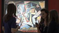 Sejumlah orang melihat lukisan karya Pablo Picasso berjudul 'Women of Algiers' di Balai Lelang Christie, New York, Senin (11/5/2015). Lukisan tersebut terjual seharga 179,3 juta dolar AS atau sekitar Rp 2,36 triliun. (REUTERS/Darren Ornitz)
