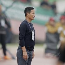 Pelatih PSMS Medan, Djadjang Nurdjaman, saat pertandingan melawan Persebaya pada laga perempat final Piala Presiden di Stadion Manahan, Solo, Sabtu, (3/2/2018). PSMS menang adu penalti atas Persebaya dengan skor 4-3. (Bola.com/M Iqbal Ichsan)