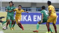 Gelandang Sriwijaya FC, Syahrian Abimanyu, berebut bola dengan bek PSMS, Amarzukih, pada laga Piala Presiden di Stadion GBLA, Bandung, Selasa (16/1/2018). Sriwijaya FC menang 2-0 atas PSMS. (Bola.com/M Iqbal Ichsan)