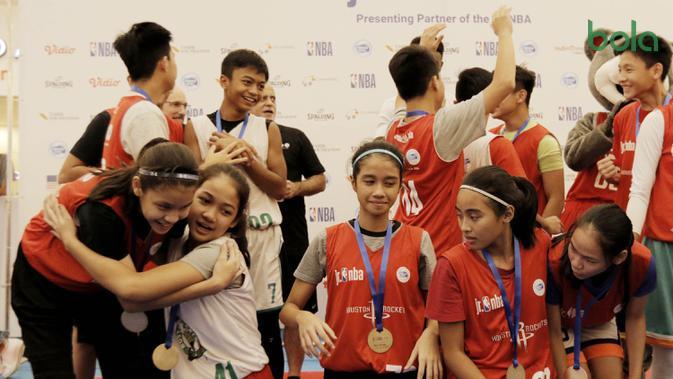 Para peserta NBA Junior tampak bahagia saat pengumuman 16 pemain yang menjadi Jr NBA Indonesia All-Star 2018 di Pluit Village Mall, Minggu (29/7/2018). (Bola.com/M Iqbal Ichsan)