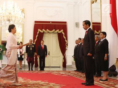 Dubes Myanmar untuk RI Ei Ei Khin Aye (kiri) menyerahkan surat-surat kepercayaan Duta Besar Luar Biasa dan Berkuasa Penuh (LBBP) untuk Republik Indonesia kepada Presiden Joko Widodo di Istana Merdeka, Jakarta, Selasa (12/9). (Liputan6.com/Angga Yuniar)