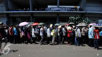 Calon pencari kerja sudah mulai mengantri di Indonesia Spectacular Job Fair 2015 dari luar Stadion GBK, Jakarta, Selasa (11/8/2015). Ratusan posisi dan ribuan lowongan kerja yang akan digelar hingga 12 Agustus 2015. (Liputan6.com/Johan Tallo)