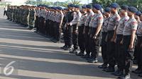 Petugas mengikuti apel gabungan di Monas, Jakarta, Kamis (31/12). Sebanyak 1300 personel gabungan yang terdiri dari polisi, TNI, Pol PP, dan Pramuka dikerahkan untuk mengamankan perayaan malam tahun baru. (Liputan6.com/Immanuel Antonius)