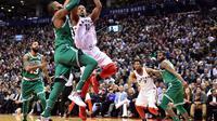 Aksi DeMar DeRozan (Baju Putih) saat Raptors kalahkan Celtics (AP)