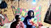 Warga duduk di bawah lampu listrik di Distrik Puldama, Kabupaten Yahukimo, Provinsi Papua. Jelang HUT ke-73 RI, untuk pertama kalinya warga Puldama menikmati lampu listrik di rumah mereka. (Liputan6.com/HO/Hadi M Juraid)