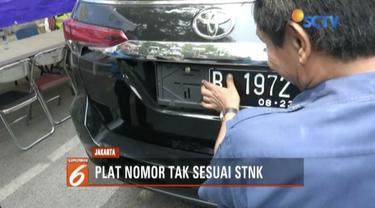 Polisi gelar razia kendaraan yang plat nomornya tak sesuai STNK di Jalan DI Panjaitan, Jakarta Timur.