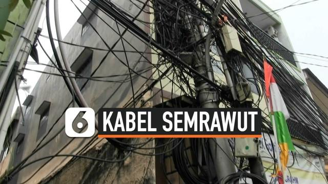 Warga Pademangan Barat, Jakarta Utara mengeluh dengan semrawutnya kabel listrik dan telepon di wilayah mereka.